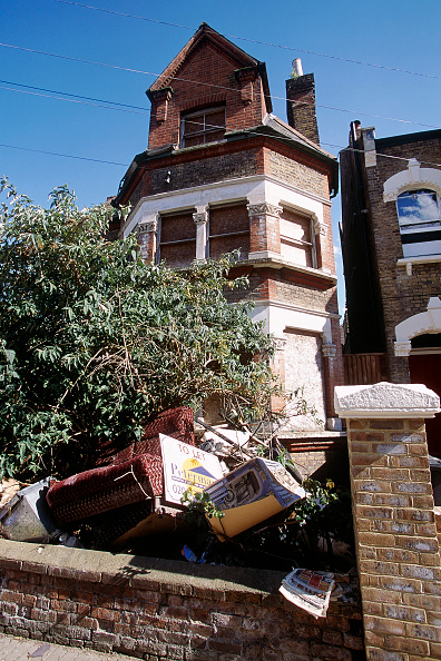 Brick Wall「Rubbish in front garden of boarded up house. South London, United Kingdom.」:写真・画像(1)[壁紙.com]