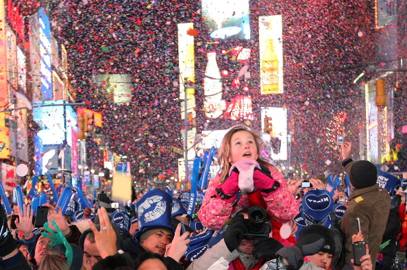 Crowd「Revelers Celebrate The New Year In NYC's Times Square」:写真・画像(16)[壁紙.com]