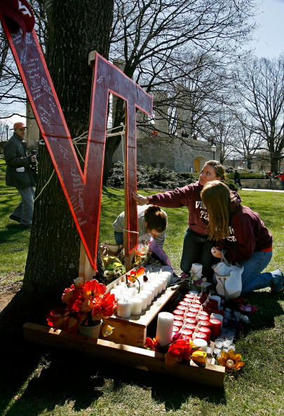 Mourner「Virginia Tech Community Mourns Day After Deadliest U.S. Shooting」:写真・画像(17)[壁紙.com]