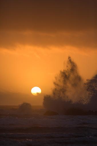 Cannon Beach「Waves crashing over rocks at Cannon Beach」:スマホ壁紙(11)
