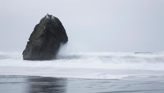 Cannon Beach「Waves crashing into rock near Cannon Beach, Oregon」:スマホ壁紙(7)