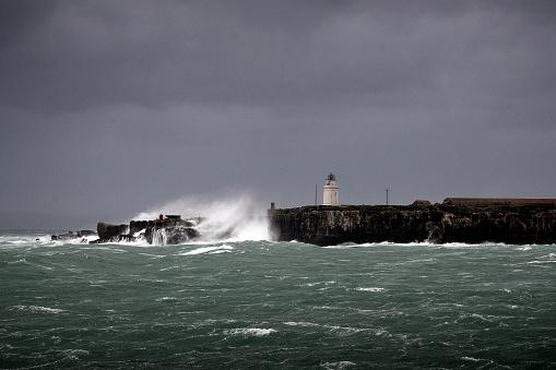 波「Waves crashing on rocks, Isla de las Palomas, Tarifa, Cadiz, Andalucia, Spain」:スマホ壁紙(5)