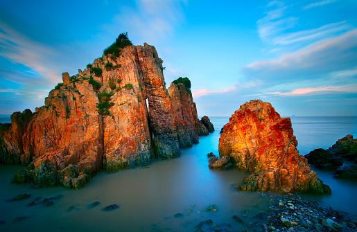 波「岩の海岸に打ち寄せる波の夕日」:スマホ壁紙(12)