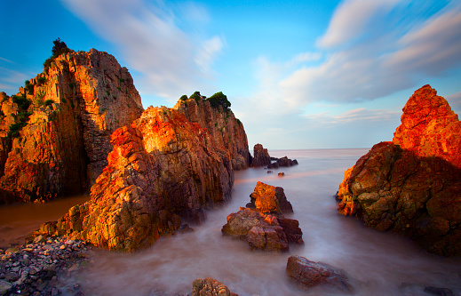 波「岩の海岸に打ち寄せる波の夕日」:スマホ壁紙(10)