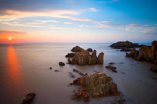 波「岩の海岸に打ち寄せる波の夕日」:スマホ壁紙(11)