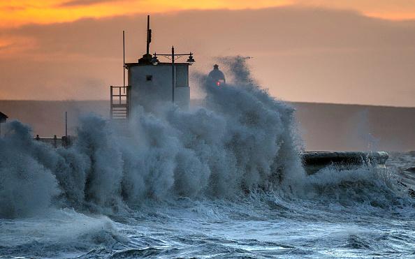 波「High Tides, Rain And Strong Winds Continue To Hit The UK」:写真・画像(15)[壁紙.com]