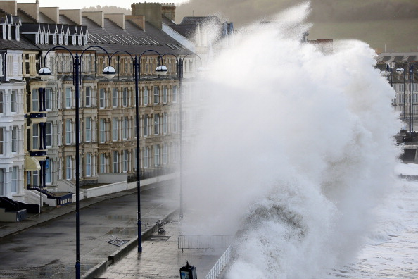 Wave「High Tides, Rain And Strong Winds Continue To Hit The UK」:写真・画像(19)[壁紙.com]
