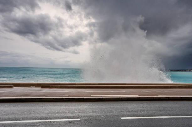 Waves crashing with stormy skies in Nice:スマホ壁紙(壁紙.com)