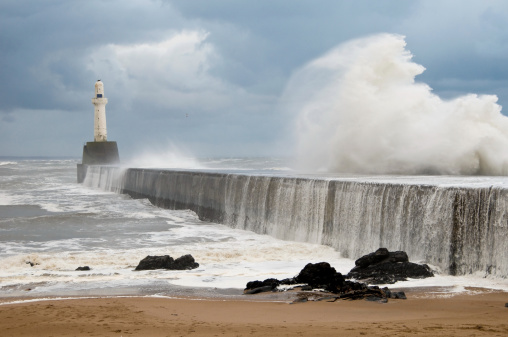 Gale「Waves Crashing on Breakwater with Lighthouse in Aberdeen Harbour」:スマホ壁紙(15)