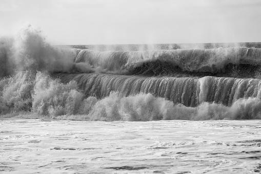 モノクロ「Waves Crash On One Another」:スマホ壁紙(12)