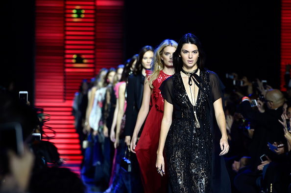Small Group Of People「Elie Saab : Runway - Paris Fashion Week Womenswear Spring/Summer 2016」:写真・画像(4)[壁紙.com]