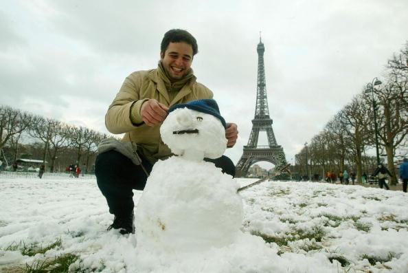 雪だるま「Italian Tourist Plays In Snow Near Eiffel Tower」:写真・画像(10)[壁紙.com]