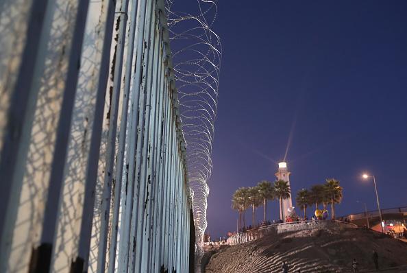San Diego「U.S. Fortifies Border Ahead Of Migrant Caravan」:写真・画像(16)[壁紙.com]