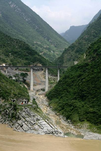 Building the new railway between Chongqing and Huaihua in China. August 2005.:ニュース(壁紙.com)