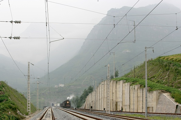 Finance and Economy「Building the new railway between Jinzhou and Qinghuangdao. Huangcao station and tunnel. August 2005.」:写真・画像(3)[壁紙.com]