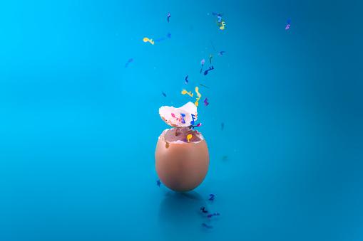 豊富「Musical confetti bursting out of an egg」:スマホ壁紙(3)