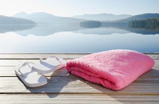 Adirondack Mountains「USA, New York, North Elba, Lake Placid, Sandals and towel on dock」:スマホ壁紙(18)