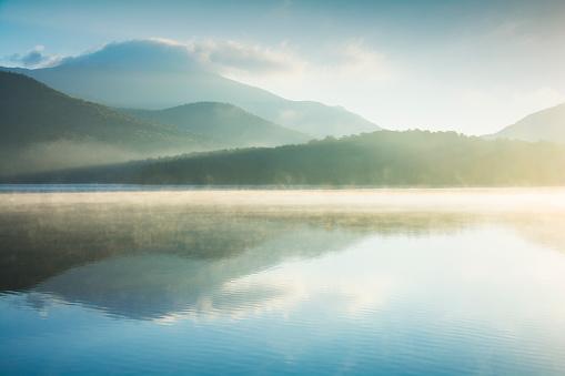 Adirondack Mountains「USA, New York, North Elba, Lake Placid, Morning mist rising on Lake Placid」:スマホ壁紙(16)