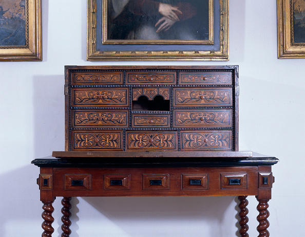 Table「Drawer and wooden table by wall with picture frames」:写真・画像(11)[壁紙.com]