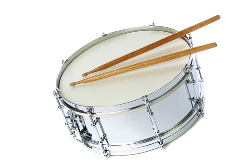 Musical instrument「Silver Chrome Snare Drum with Sticks, Instrument on White Background」:スマホ壁紙(10)