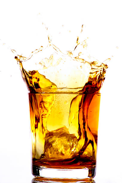 Ice cube falling into whiskey glass:スマホ壁紙(壁紙.com)