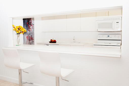 Gulf Coast States「Stools and breakfast bar in modern kitchen」:スマホ壁紙(4)