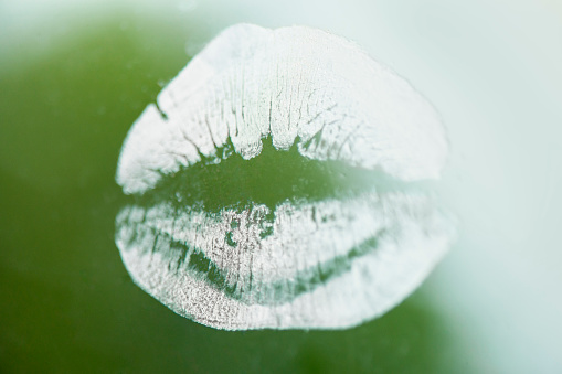 Girly「Lip print on window」:スマホ壁紙(8)