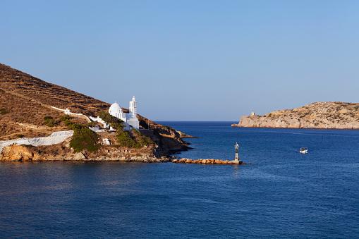 Aegean Sea「Port and white church on a cliff at the waters edge」:スマホ壁紙(19)