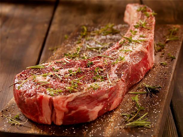 Raw Tomahawk Steak:スマホ壁紙(壁紙.com)