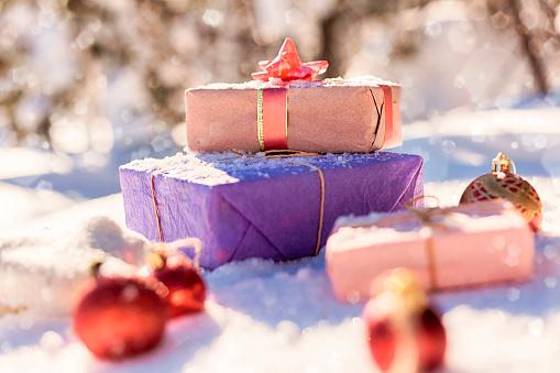 雪が降る「Christmas gifts and ornaments in snow」:スマホ壁紙(19)