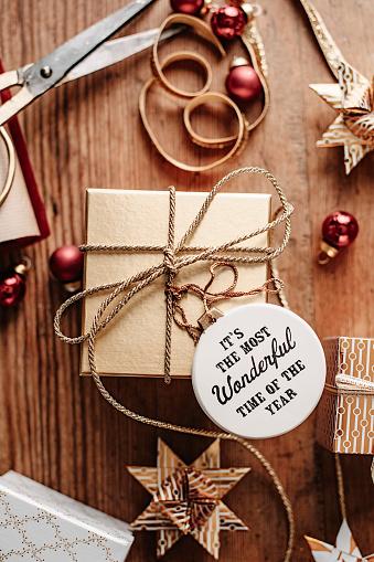 プレゼント「クリスマスギフト用包装背景オーバヘッド」:スマホ壁紙(0)