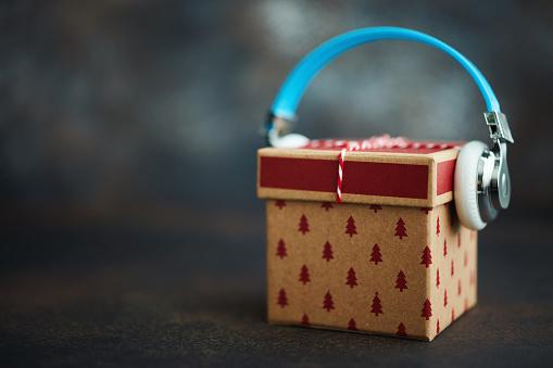 Downloading「Christmas Gift with Headphones. Gift of Music」:スマホ壁紙(17)