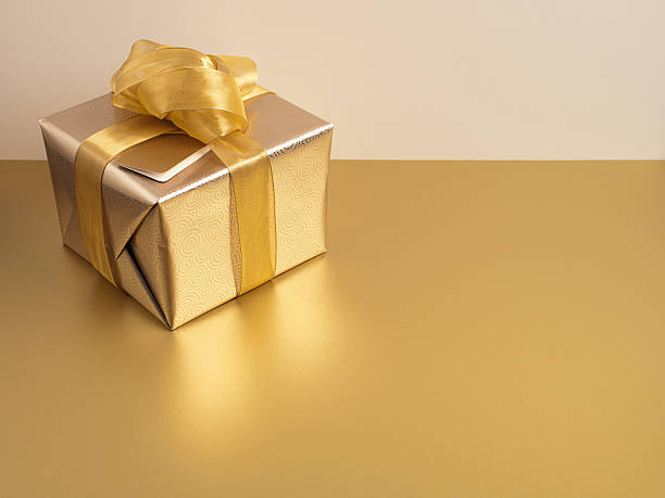 Christmas gift with gold ribbon and gold wrapping:スマホ壁紙(壁紙.com)