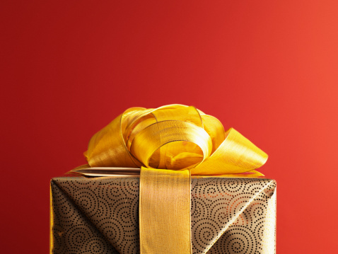 Wrapped「Christmas gift with gold ribbon」:スマホ壁紙(3)