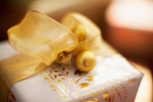 プレゼント「クリスマスギフトにゴールドのリボン」:スマホ壁紙(5)