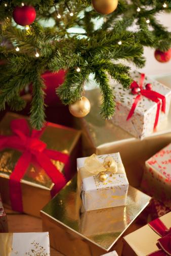 プレゼント「クリスマスプレゼントツリーの下」:スマホ壁紙(15)