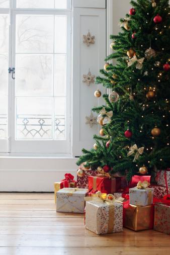 豊富「クリスマスプレゼントツリーの下にウィンドウの」:スマホ壁紙(11)