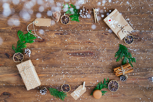 Pine Cone「Christmas gifts, tags, pine cones, pine leaves, cinnamon sticks and dried orange slices in a circle」:スマホ壁紙(19)