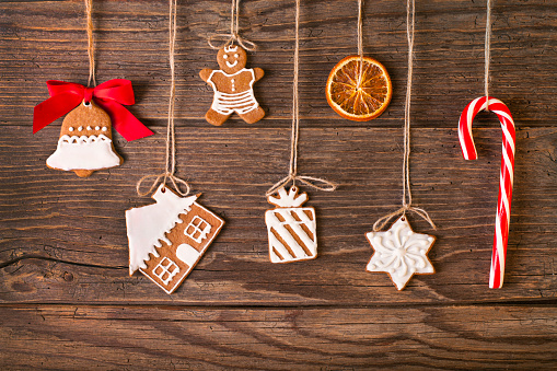 Dessert Topping「Christmas gingerbread cookies on wood background」:スマホ壁紙(14)