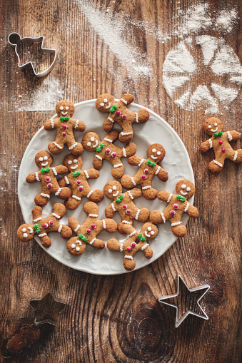 Gingerbread Cookie「Christmas gingerbread cookies on a wooden table with molds.」:スマホ壁紙(14)