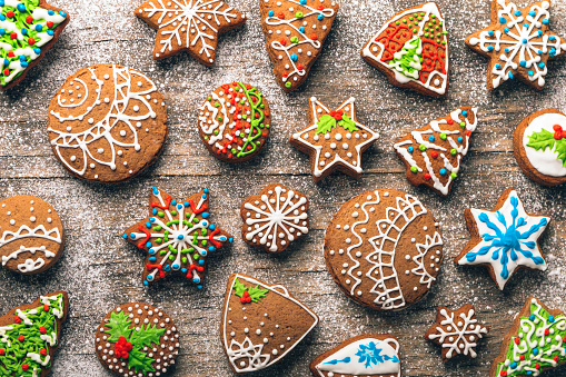 Icing「Christmas gingerbread cookies on wooden table」:スマホ壁紙(3)