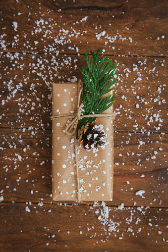 Pine Cone「Christmas gift with pine cone, leaf and fake snow decoration」:スマホ壁紙(0)