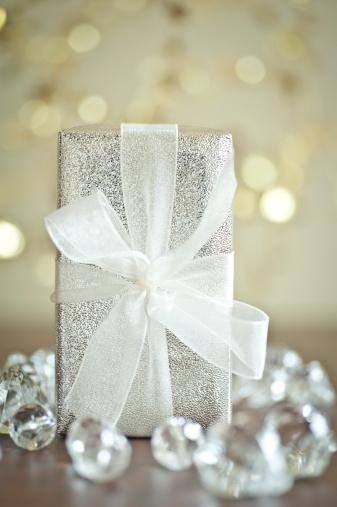 銀色「クリスマスギフトラップ、リボン、クローズアップ」:スマホ壁紙(3)