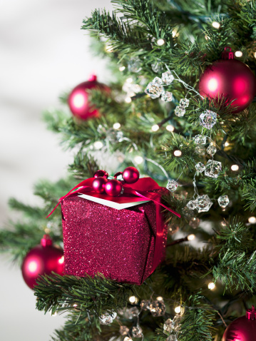 Tradition「Christmas gift and ornaments on tree」:スマホ壁紙(17)