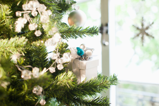 Tradition「Christmas gift and ornaments on tree」:スマホ壁紙(3)