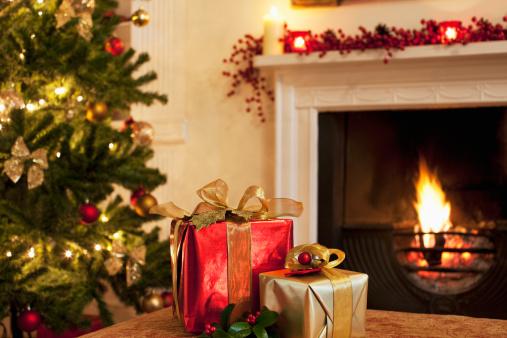 プレゼント「クリスマスプレゼントツリー、暖炉近くの」:スマホ壁紙(9)