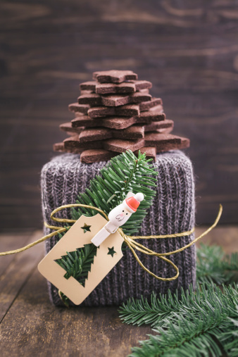 Cookie「Christmas gift wrapped in knitted gift wrap with a Christmas tree made of chocolate sugar cookies」:スマホ壁紙(9)