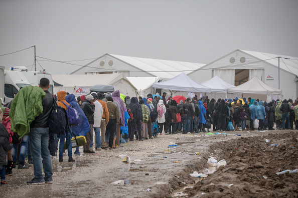 Waiting In Line「Large Number Of Migrants Continue To Arrive At Macedonian Border」:写真・画像(6)[壁紙.com]