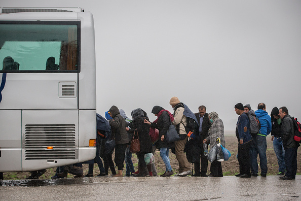Bus「Large Number Of Migrants Continue To Arrive At Macedonian Border」:写真・画像(2)[壁紙.com]