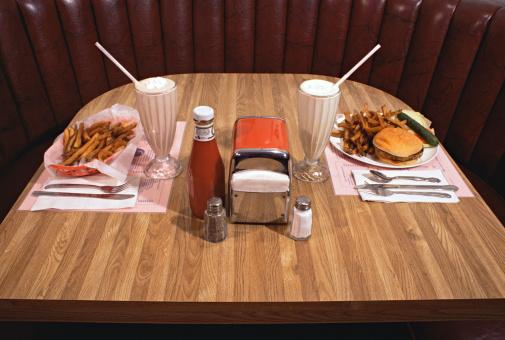 Burger「Food on table at diner」:スマホ壁紙(18)
